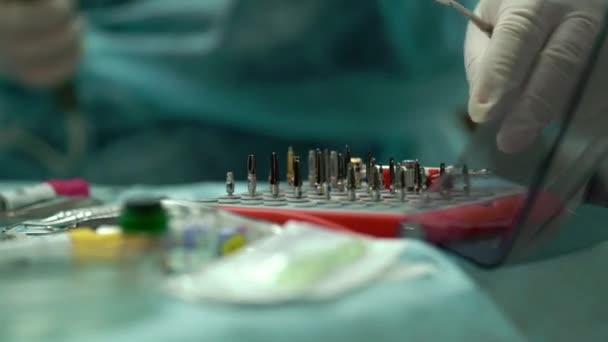 Zahn-Implantate und chirurgische Instrumente