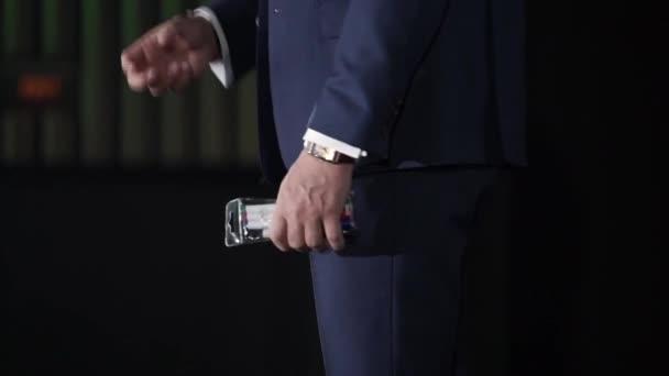 Muž na scéně mluví
