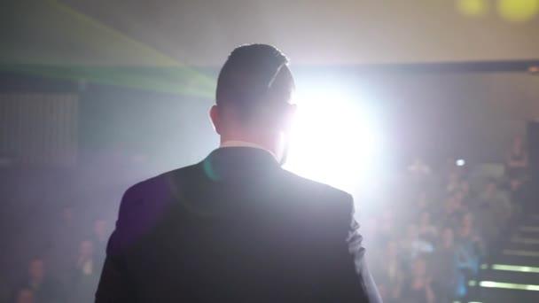 Mann auf der Bühne sprechen