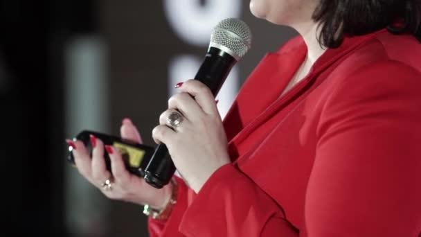Žena ve fázi mluvení