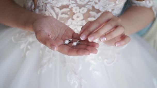Nevěsta s ohledem náušnice