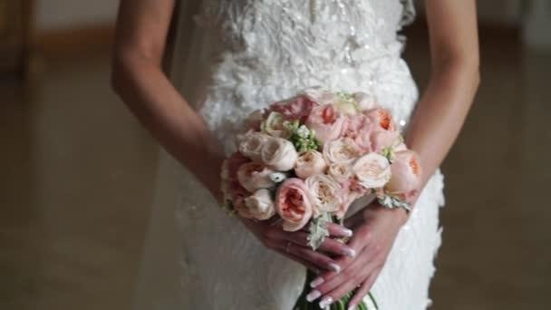 Mladá nevěsta pózuje s květinami