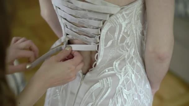 nevěsta na sobě svatební šaty