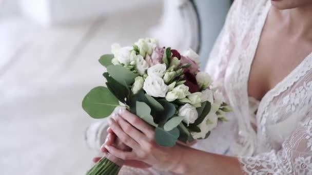 Junge sexy Frau in Dessous und Blumenstrauß