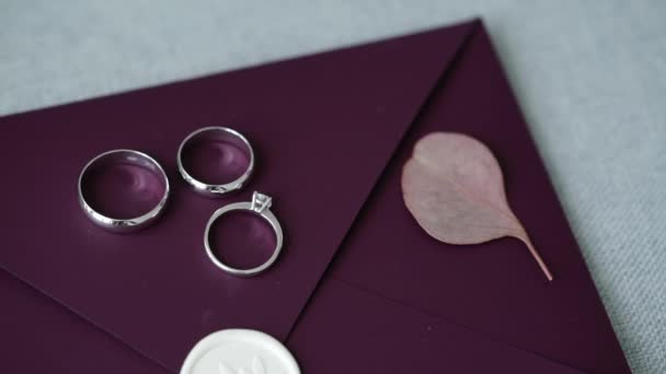 Snubní prsteny na fialové pozadí