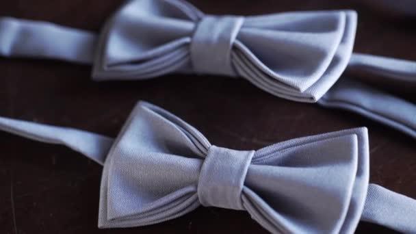 Šedá motýlek na dřevěné pozadí pro ženicha na svatbě a bestman