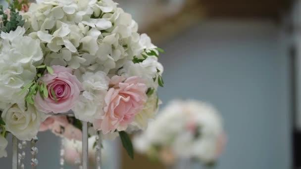 Virág kompozíció dekoráció a bankett party rendezvényen