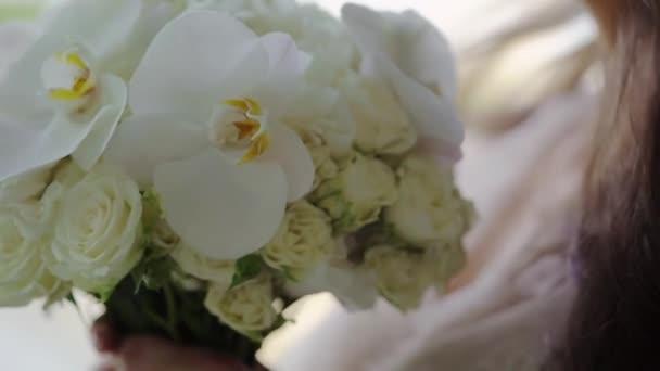 Menyasszony kezében csokor Fehér Rózsa virágok