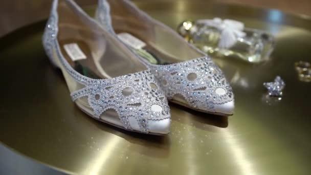 Svatební Svatební obuv s pasty a šperky náušnice na zlaté pozadí