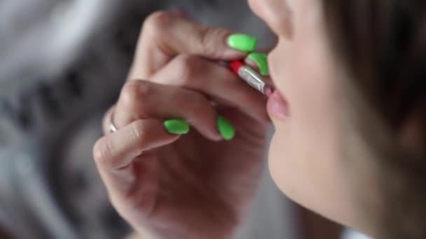 MUA dělá make-up pro mladou ženu s rtěnkou
