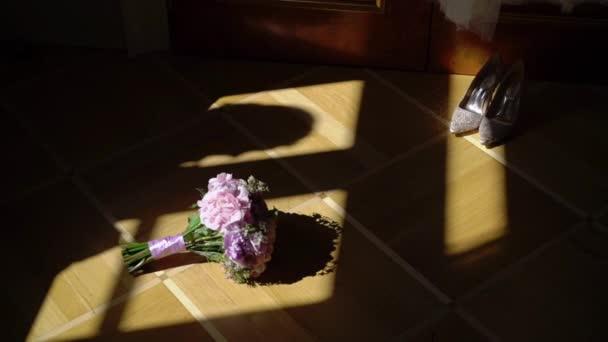 Květiny svatební kytice a svatební boty a silueta nevěsta