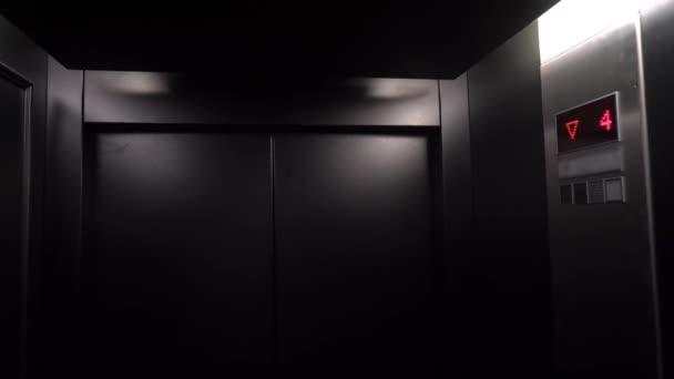Výtah přijet a otevírání dveří