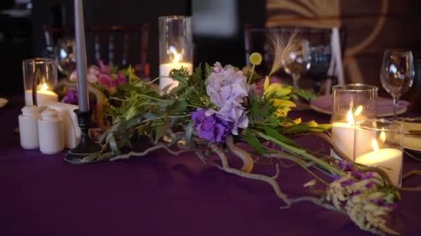 Svatební výzdobu. Svatební interiér. Tabulka rozložení koncept. Výzdoba stolu čerstvě ženatý. Interiér restaurace. Očekávání hostů