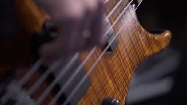 Kytarista na jevišti hraje kytara