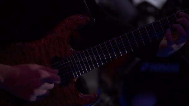 A színpadon játszó gitár gitáros