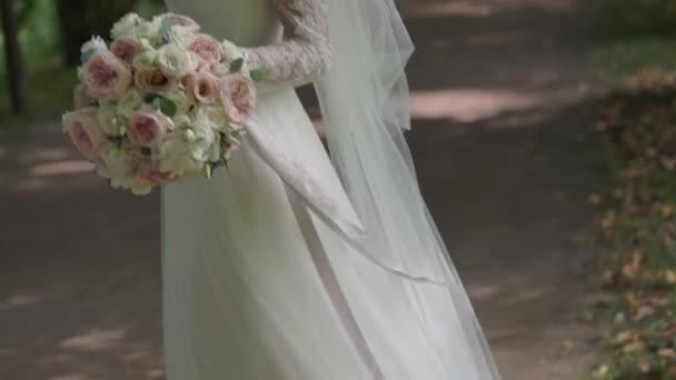 Nevěsta v nádherných svatebních šatech do pohledný ženich a objímaly