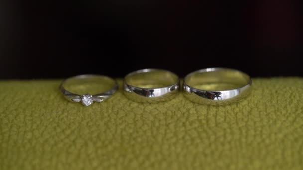 Trois Anneaux De Mariage Sur Fond Noir Jaune