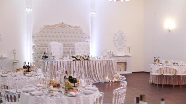 Tabulky pro akci party nebo svatební hostinu. Luxusní elegantní stůl nastavení večeře v restauraci. sklenice a nádobí