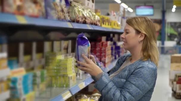 žena nakupování v supermarketu