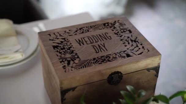 A jel esküvő napján díszített fadobozban