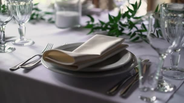 Banket stolování, s příbory. Svatební výzdoba v hodovní síni. Slouží na sváteční stůl, deska, ubrousek, nůž, vidlička. Tabulka nastavení dekorace. Romantickou večeři nebo jiné události