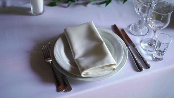 Banket stolování, s příbory. Svatební výzdoba v hodovní síni. Slouží na sváteční stůl, deska, ubrousek, nůž, vidlička. Tabulka nastavení dekorace. Romantickou večeři nebo jiné události.