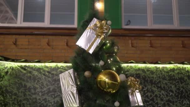 Albero di Natale con luci allaperto