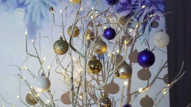 A beltérben balls a karácsonyfa