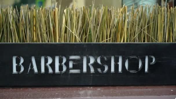 Barber shop logo szöveg kint a városban
