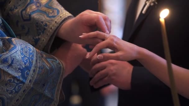 Sacerdote che prega nella Chiesa alla cerimonia di nozze e mettere gli anelli per gli sposi