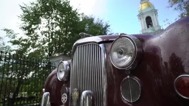 Saint-Petersburg, Oroszország-2018. szeptember 23.: Régi retro Jaguar piros autó: esős nap a városban