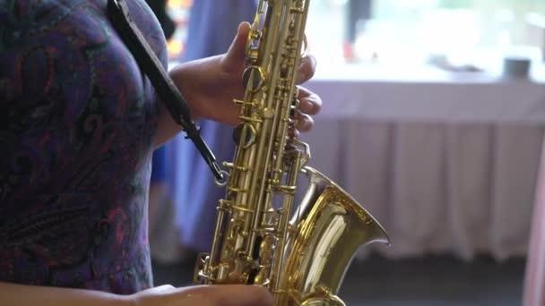 Szaxofonos nő játszik szaxofon
