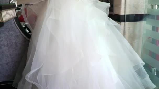Nevěsta ve svatebních šatech chůzi a mávali šaty