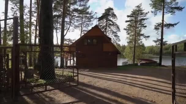 Egy faház, tó vagy tenger közelében. Luxus ház a vakáció