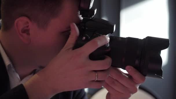 Professionelles Fotoshooting im Innenbereich. Fotograf nimmt Bilder mit einer Digitalkamera Photosession Dslr.