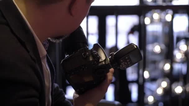 Professionale foto riprese in interni. Fotografo è scattare foto con una fotocamera digitale Dslr. Photosession
