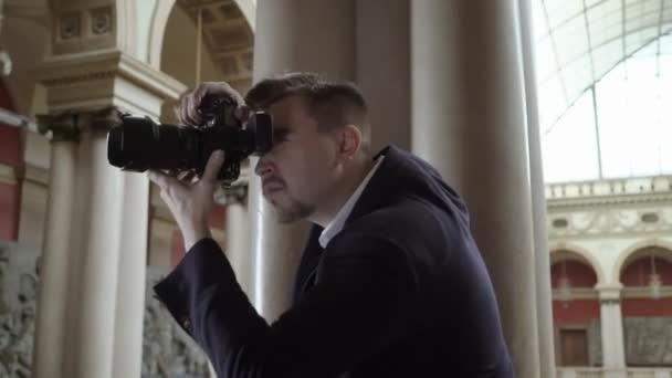 Professionelles Fotoshooting im Innenbereich. Fotograf nimmt Fotos mit einer Digitalkamera Photosession Dslr.