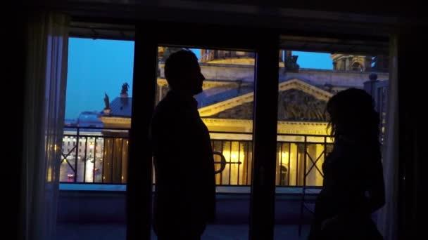 junges sexy Paar umarmt und küsst Silhouette in der Nacht in der Nähe von Fenster