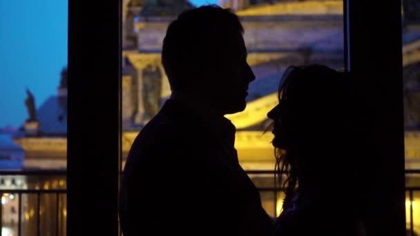 Junges sexy Paar umarmen und küssen Silhouette in der Nacht in der Nähe von Fenster. Schönes paar vor dem Sex im Hotel oder im Schlafzimmer slowmotion