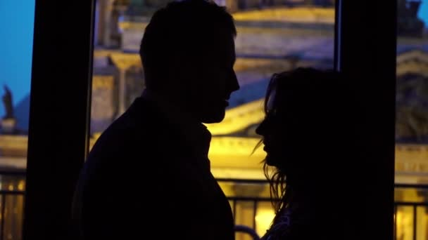 Junge sexy Paar umarmung und küssen Silhouette in der Nacht in der Nähe von Fenster
