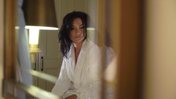 Junge sexy paar in der Nacht liegen dim im Schlafzimmer in weißen Bademänteln und Umarmung.