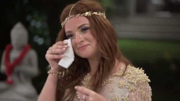 ein junges Mädchen, das auf einer Party tanzt und weint. Nacht Feier von Hochzeit, Geburtstag, Jubiläum oder Jubiläum. eine Veranstaltung in einer Luxusvilla in den Tropen.