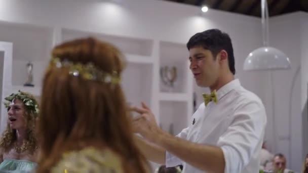 Ein junger Mann und ein Mädchen auf einer Party tanzen. Nacht Feier der Hochzeit, Geburtstag, Jubiläum oder Geburtstag. Eine Veranstaltung in einer Luxusvilla in den Tropen.