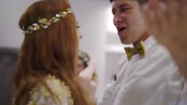 Egy fiatal srác és egy lány tánc egy partin. Esküvő, születésnap, évforduló vagy évforduló megünneplése éjszaka. Egy esetben egy luxus Villa, a trópusokon. Nyaralás.