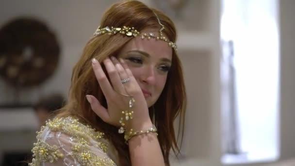Egy fiatal lány sír egy partin. Esküvő, születésnap, évforduló vagy évforduló megünneplése éjszaka. Egy esetben egy luxus Villa, a trópusokon.