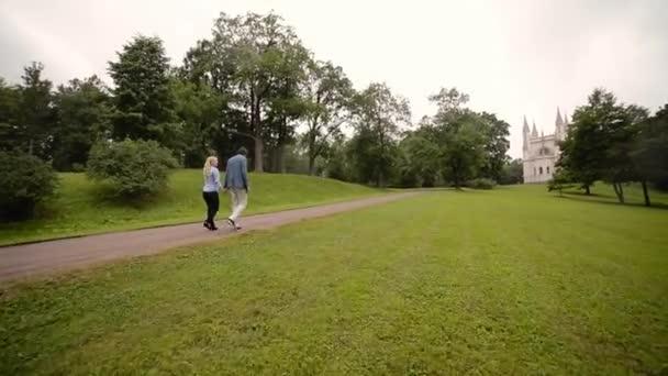 Junge schöne Paar Wandern in einem Park im Sommer. Romantische dating oder lovestory