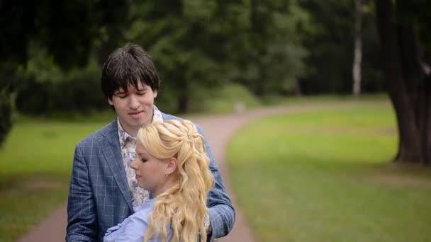 Junge schöne Paare tanzen in einem Park im Sommer. Romantische dating oder lovestory