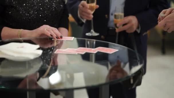 Zauberer mit Spielkarten, Fokus, zeigt jongliert auf der party