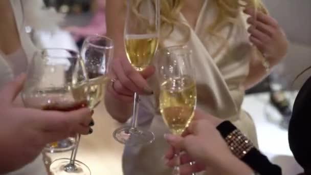 Mladé dívky cinkání sklenic šampaňského na večírku