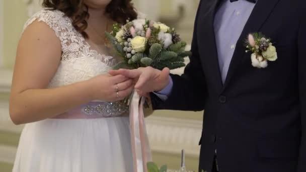 Sposi novelli scambiano di anelli di nozze cerimonia